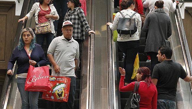 Black+Friday+shoppers+at+the+Glendale+Galleria+crowd+the+escalators+in+Glendale%2C+Calif.%2C+on+Friday%2C+Nov.+28%2C+2014.+%28Brian+van+der+Brug%2FLos+Angeles+Times%2FTNS%29