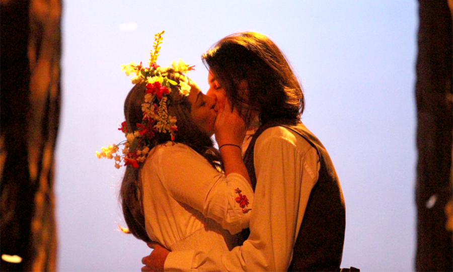 The+characters+of+Rosalind+and+Orlando+kiss+and+the+very+end+of+the+production.